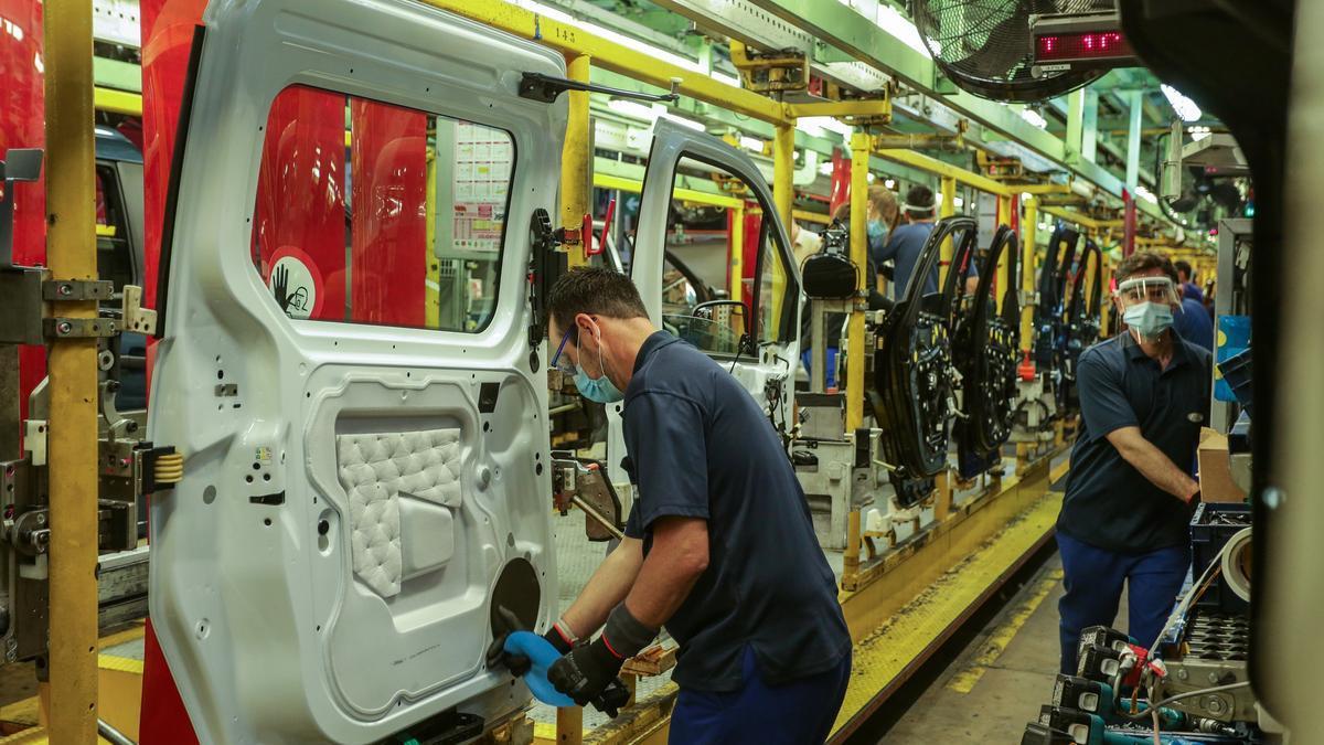 Trabajadores en una fábrica de automóviles.
