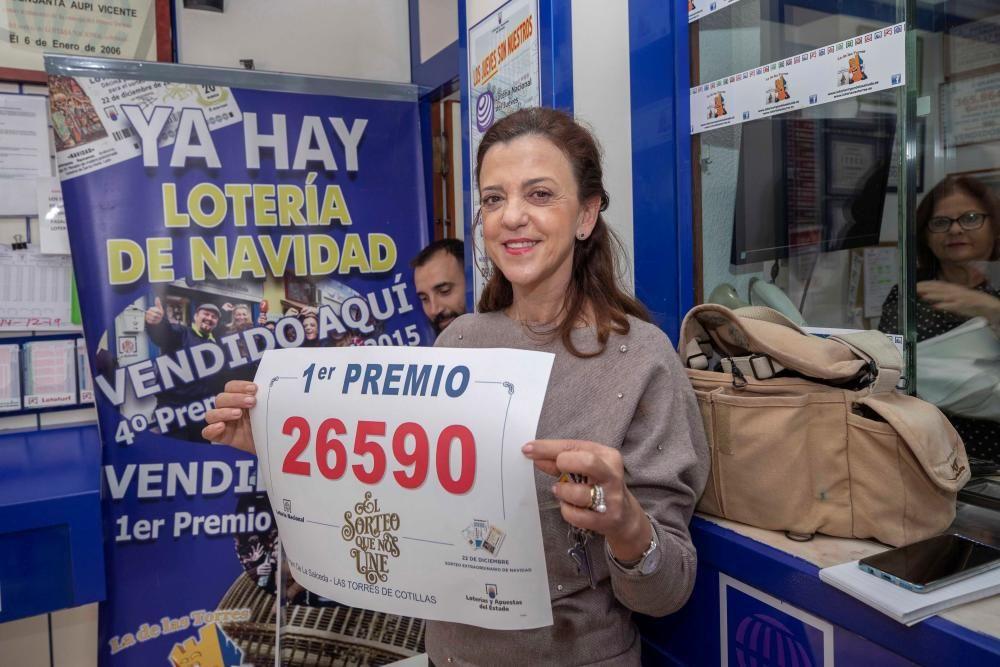 La propietaria de la administración Virgen de la Salceda de Las Torres de Cotillas (Murcia), Fuensanta Vicente, muestra el número del Gordo.