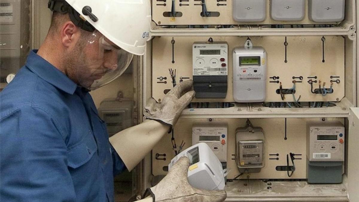 Un técnico instalando contadores en una comunidad de vecinos.