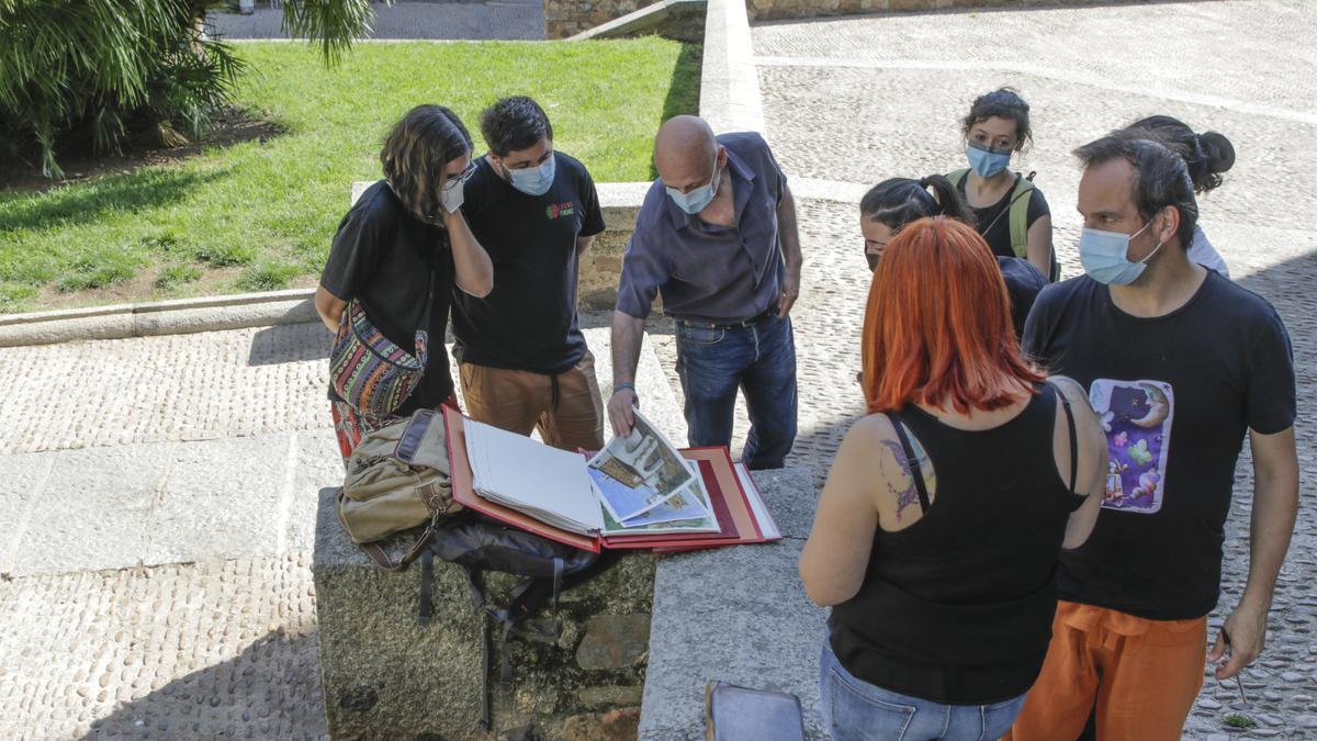 Vecinos y artistas durante la celebración de una nueva edición de 'Recupera Santiago', este sábado.