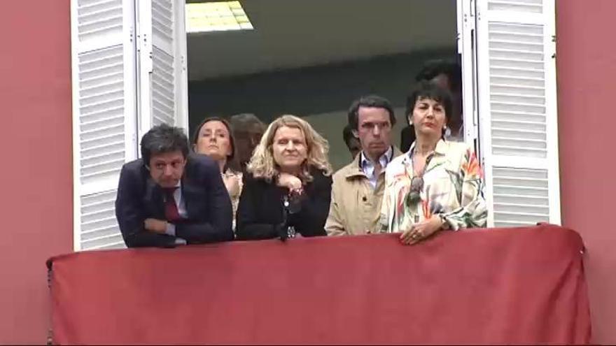 Aznar, Zoido y Barreda acuden a la procesión de la Virgen con un fajín de Franco en Sevilla