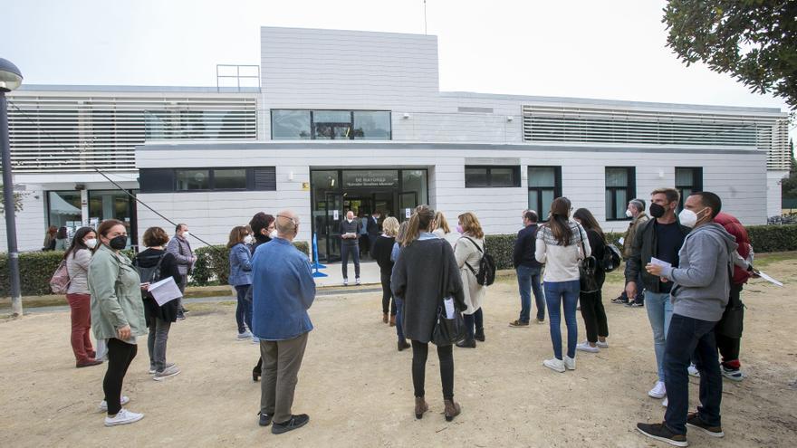 Vacunacion de docentes en Sant Joan y en el hospital de campaña de Alicante