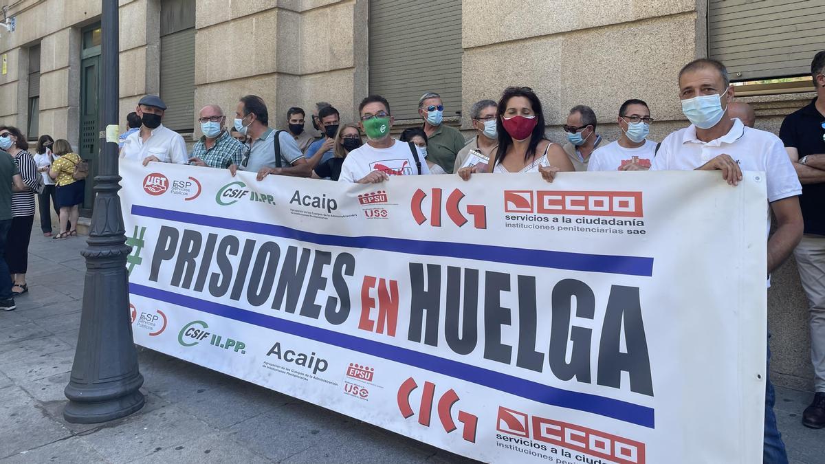 Sindicatos que representan a los funcionarios de prisiones se concentran este jueves en la Subdelegación del Gobierno en Cáceres.