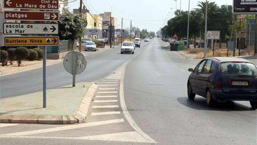 Un ciclista queda atrapado bajo un coche tras colisionar en Burriana