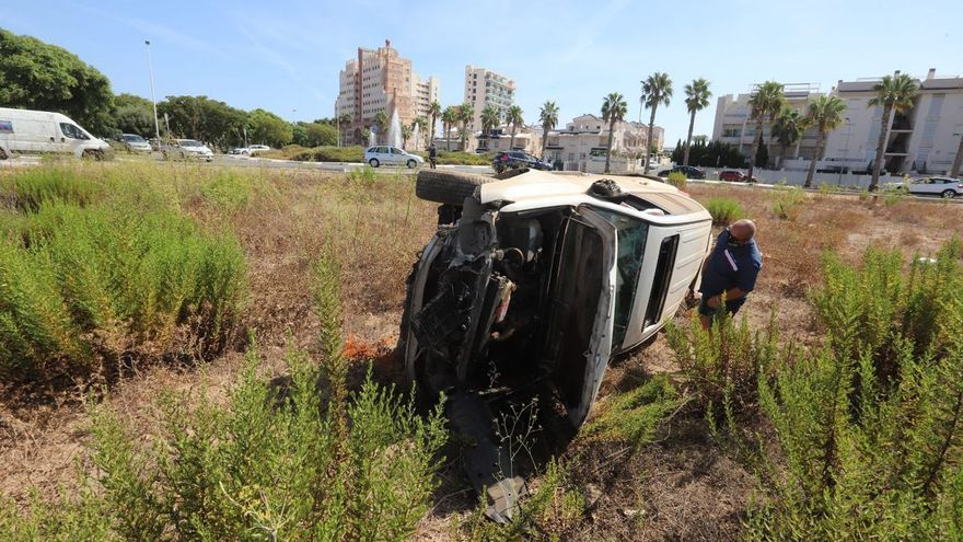 """El """"vuelo"""" de más de 30 metros de un coche al estrellarse contra una rotonda en Torrevieja"""
