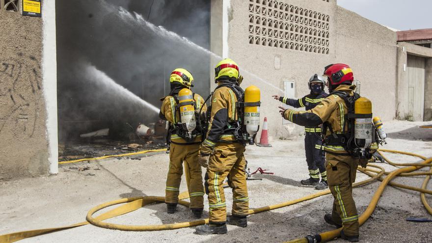 Dos intoxicados en el incendio de una nave de una empresa de iluminación en Alicante