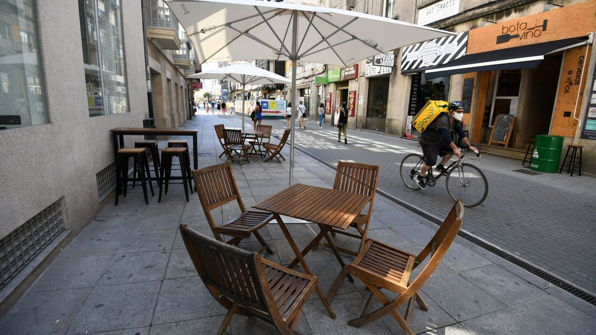 Una terraza vacía en una céntrica calle de Pontevedra.