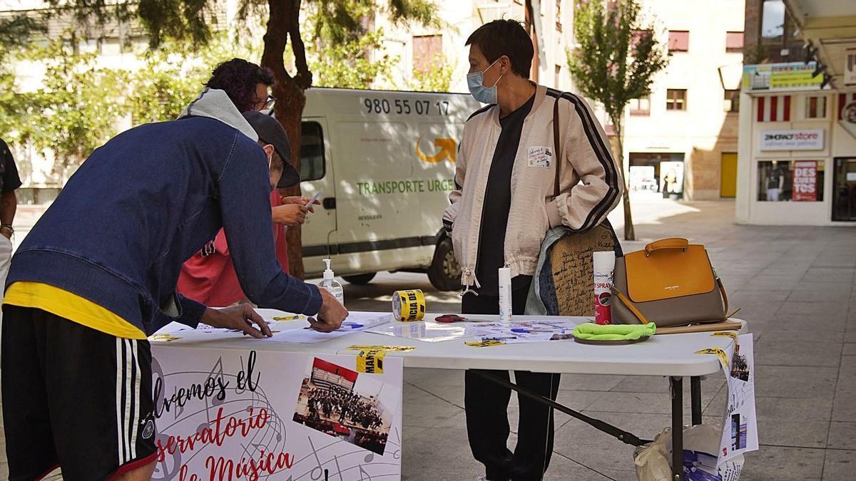 El AMPA del Conservatorio de Música de Zamora recaba firmas entre los zamoranos en la calle Santa Clara.   José Luis Fernández