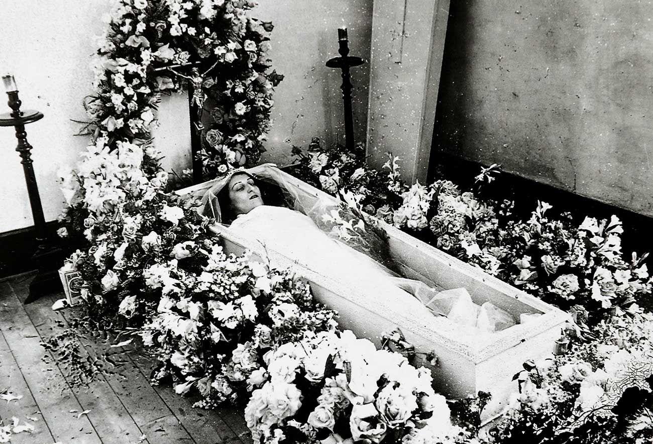 Fotografía de una mujer en su ataúd realizada por Pacheco en 1930.
