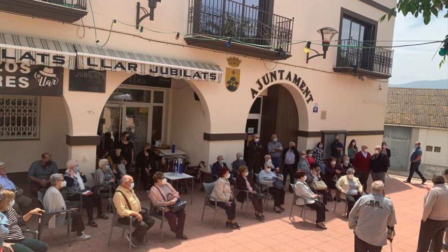 Los jubilados de Benicull se manifiestan para exigir la apertura de su centro social