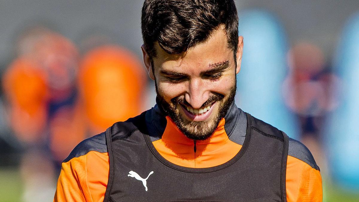 José Luis Gayà regresó ayer a los entrenamientos del Valencia con las heridas visibles de su exitoso paso por la selección. | LÁZARO DE LA PEÑA/VCF