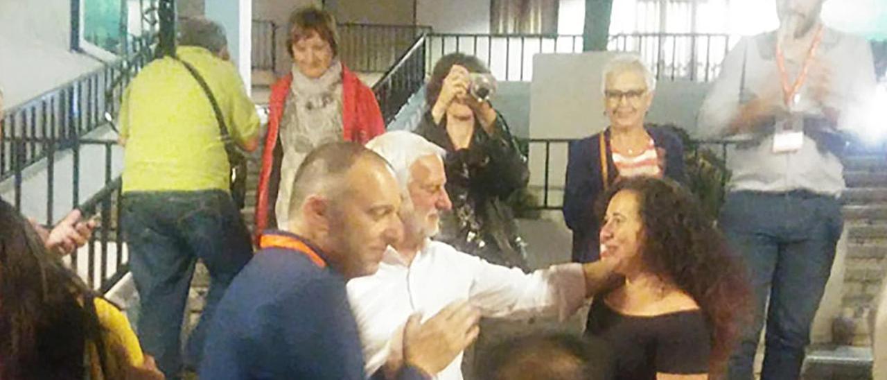 Jaume Llinares recibe las felicitaciones de la socialista Vicenta Pérez en la noche electoral.