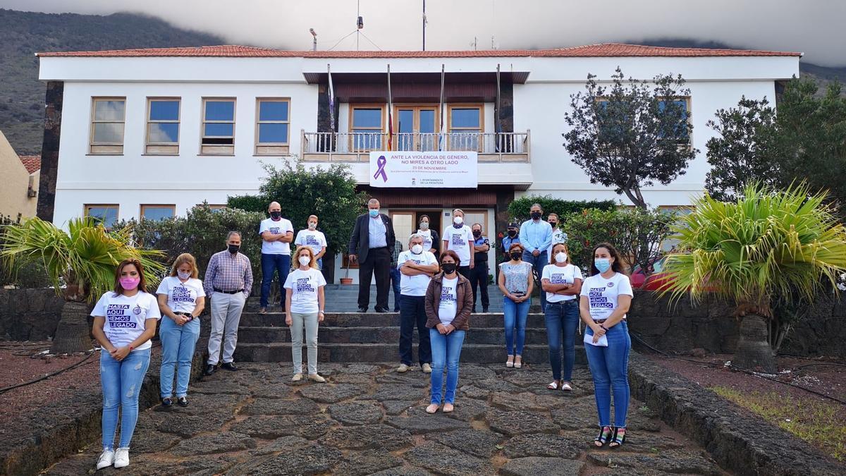 Minuto de silencio frente al Ayuntamiento de La Frontera, convocado respetando los protocolos Covid