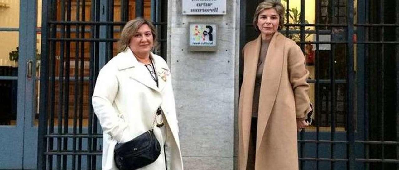 Las hermanas Isabel y Ángeles Abelleira, ayer en Barcelona para recibir el premio. // FdV