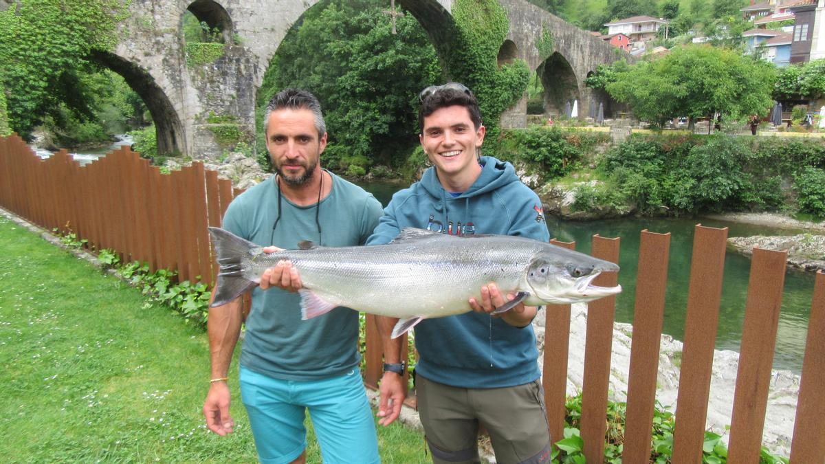 Pablo Fernández con su salmón y José Vega, quien ayudó echando la sacadera.