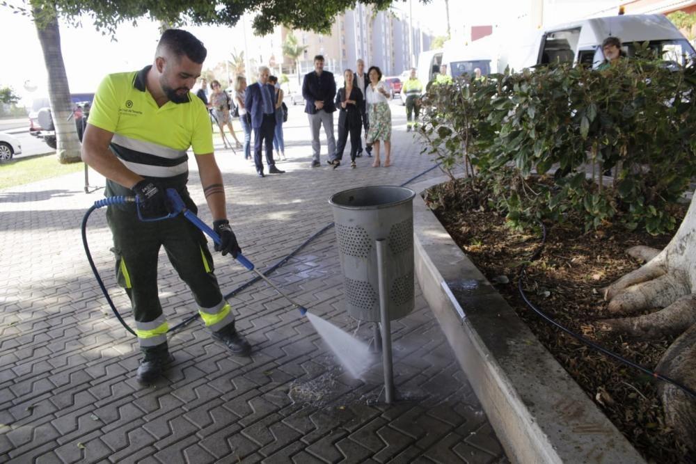 Vehículos que limpian las papeleras en Santa Cruz
