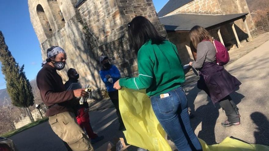 Una veintena de voluntarios recogen dos toneladas de basura en Rozas de Sanabria