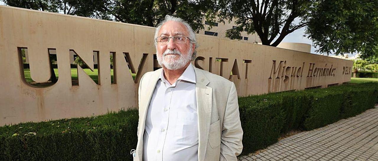 Bernat Soria posa en el campus de la UMH.