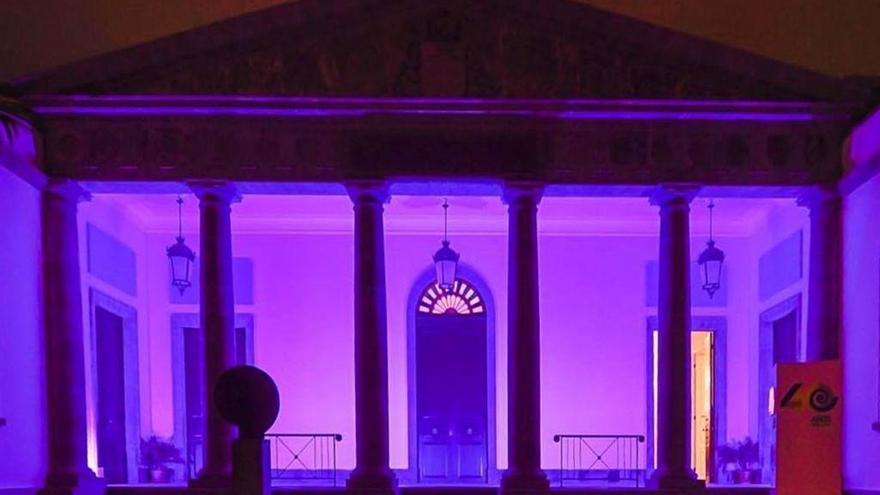 El Parlamento de Canarias se ilumina de violeta por el Día de la Mujer