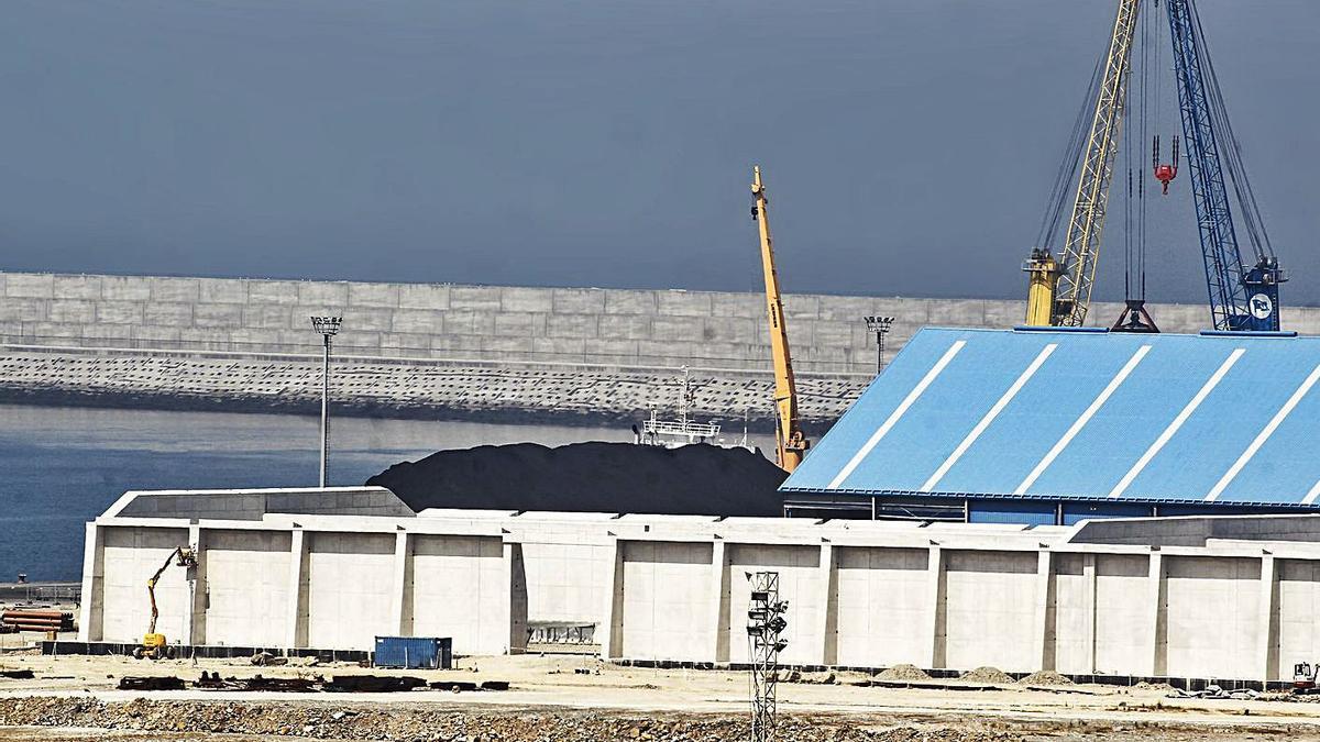 Descarga de carbón en las instalaciones de punta Langosteira en 2015.   | // 13FOTOS