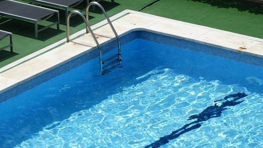 Un niño de 13 años sufre una fractura tras golpearse la cara en una piscina de La Llosa