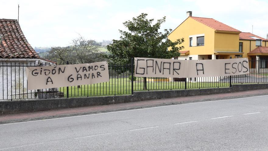 Mareo amanece con pancartas de apoyo al Sporting de cara al derbi contra el Oviedo