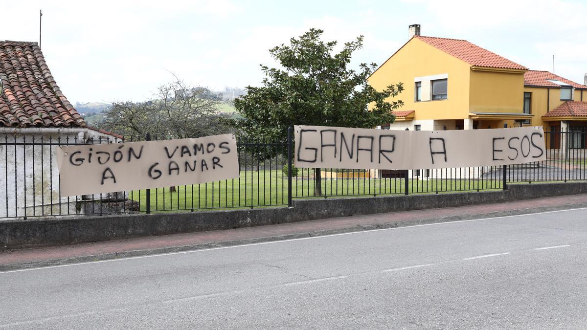 Pancartas situadas a la entrada de Mareo