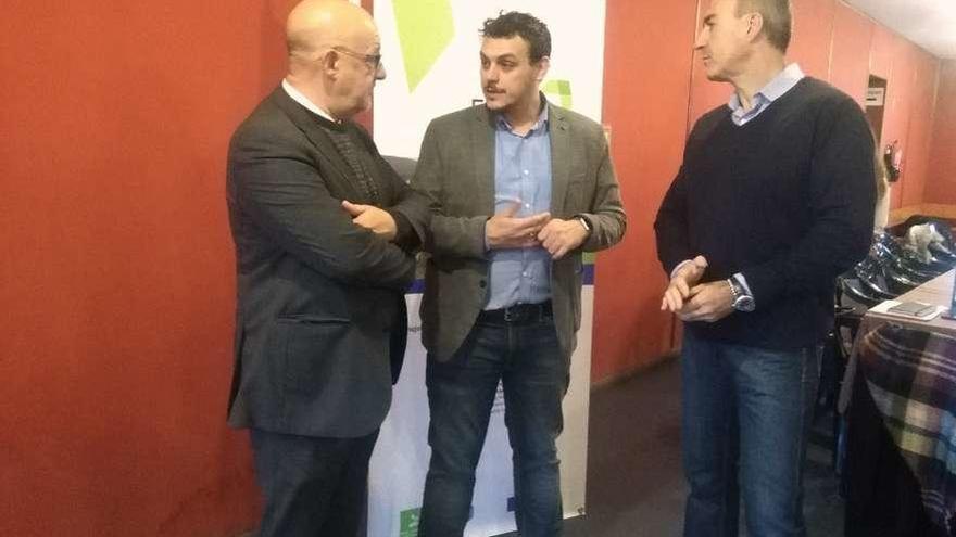 De izquierda a derecha, Vázquez, Del Bien y Rivas, se disponen a comenzar la reunión de trabajo.