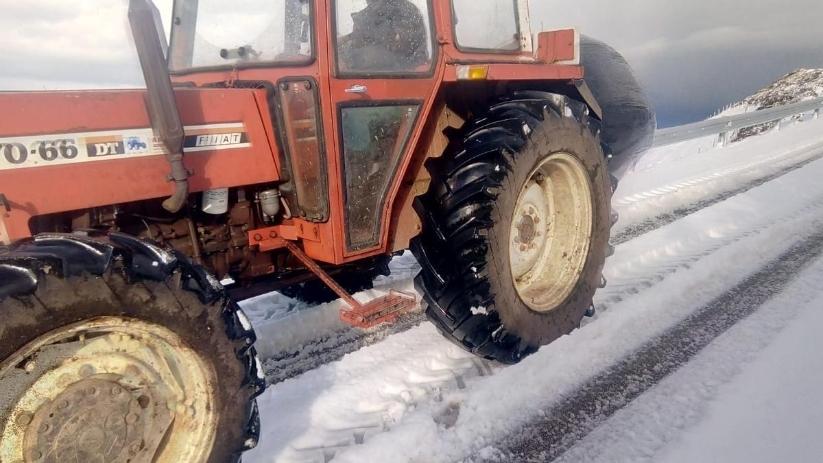 Armando Martínez sube en su tractor en la carretera de las brañas vaqueiras, hacia Brañaseca (Cudillero)
