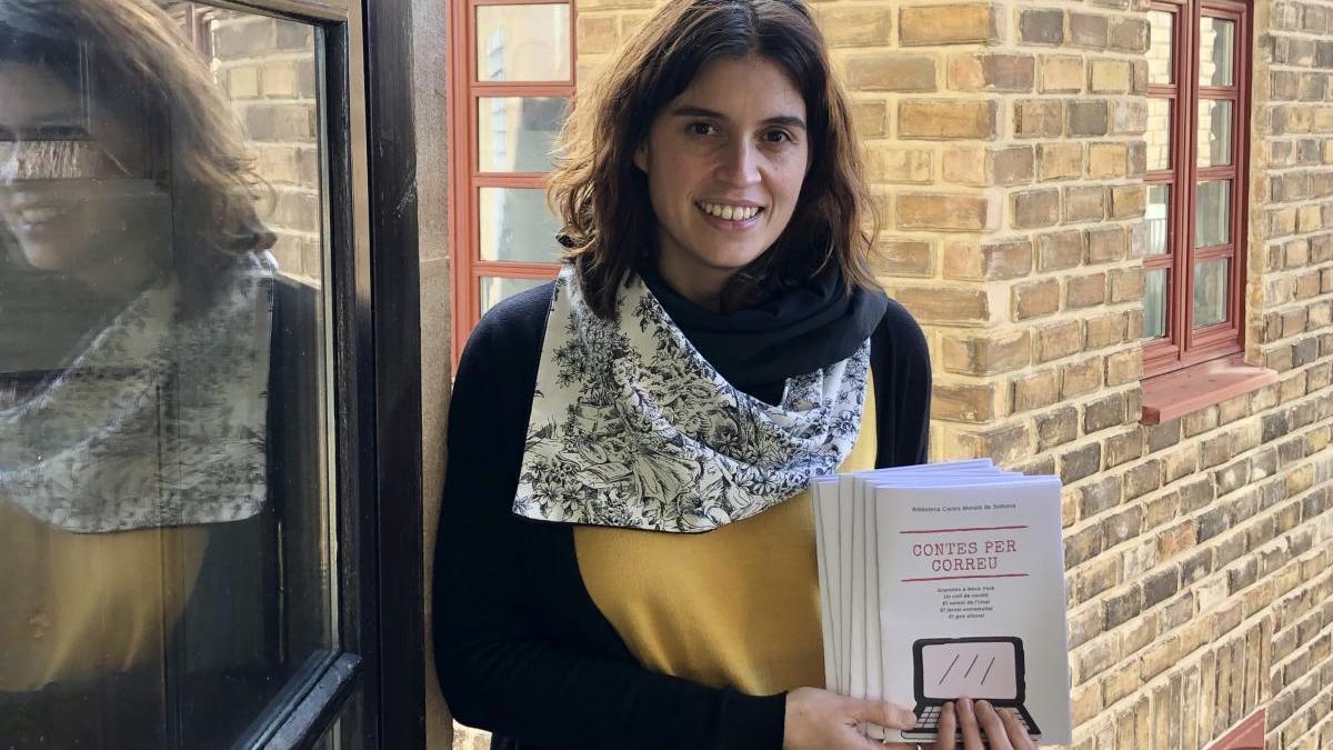 """Ester Barniol amb exemplars del llibret """"Contes per correu"""""""