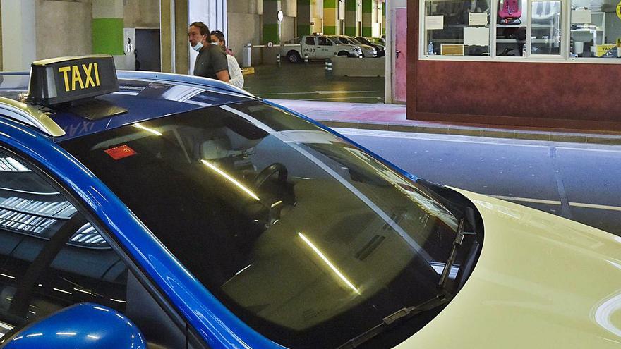 Telde aprueba el presupuesto y el control de los taxis en el aeropuerto