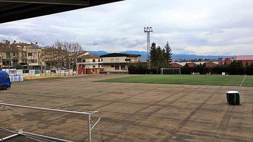 L'Ajuntament de Solsona comença a retirar la gespa vella del camp de futbol