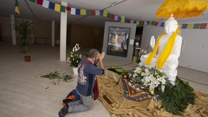 Los primeros peregrinos llegan a Cáceres para orar ante Buda