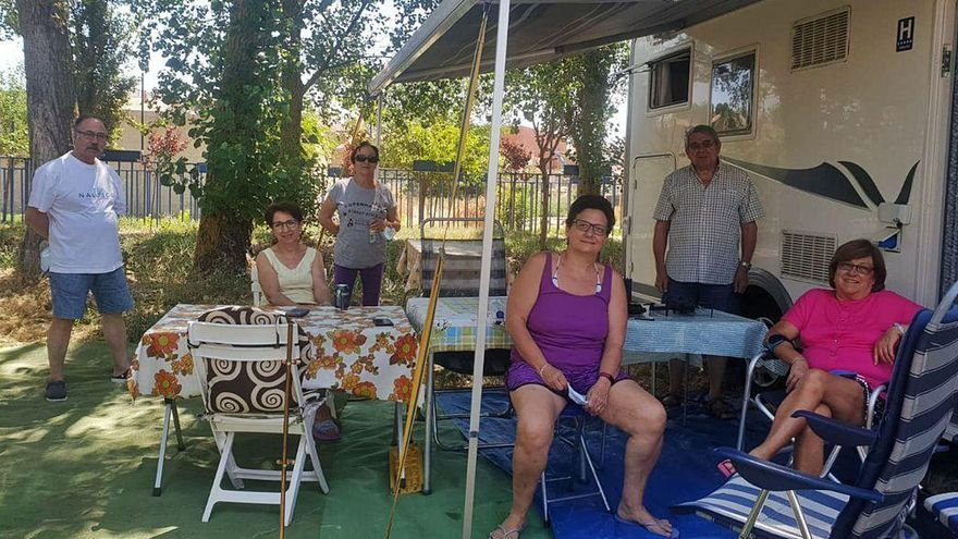 Autocaravanistas del Club Duero, de Valladolid, disfrutando del fin de semana en Venialbo.
