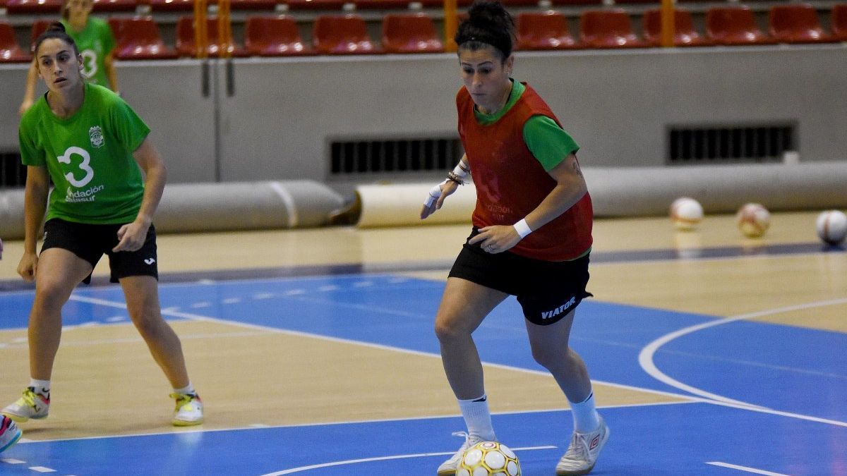 Rocío Gracia controla el balón en un entrenamiento.
