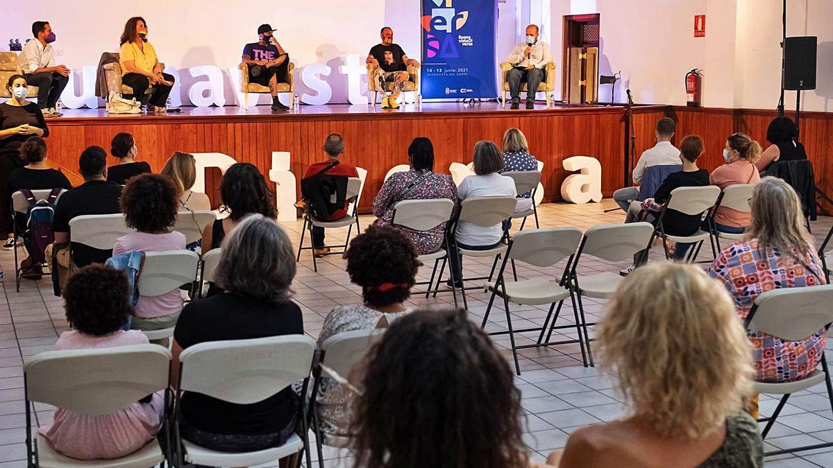 La Mesa Inaugural de Buenavista Diversa 2021, con Carla Antonelli, El Chojín y Juan Carlos Mesa.     LUZ SOSA