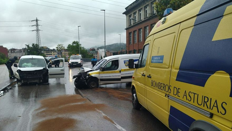 Tres heridos en un choque frontal entre dos furgonetas en Langreo