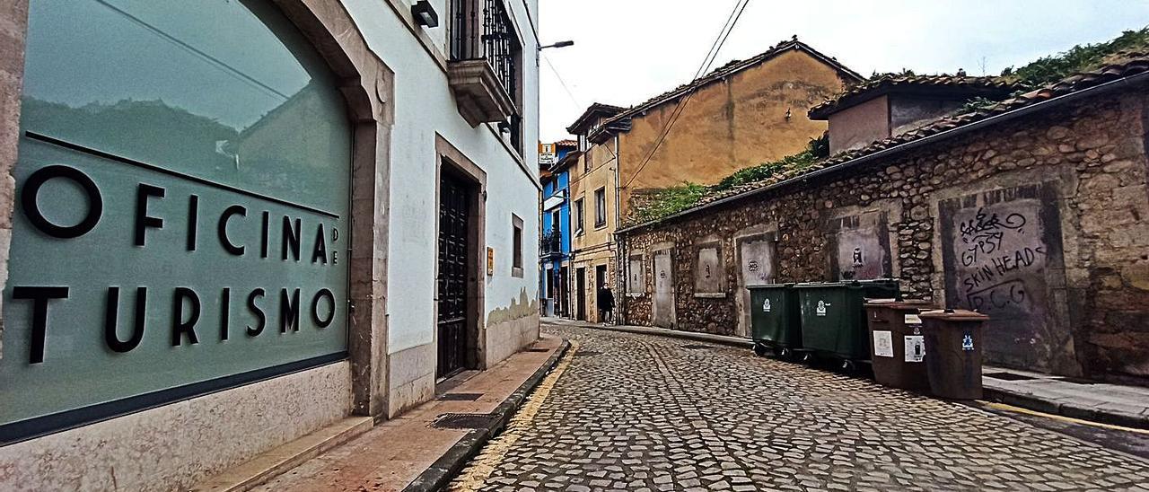 El edificio cuya compra negocia el Ayuntamiento, a la derecha, frente al Palacio Fontela, donde se ubica la Oficina de Turismo.   S. Arias