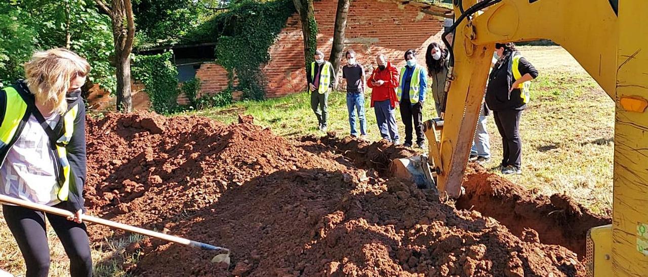 Voluntarios del colectivo, ayer, durante la reanudación de las prospecciones en El Rellán (Grado). | R. S. A.