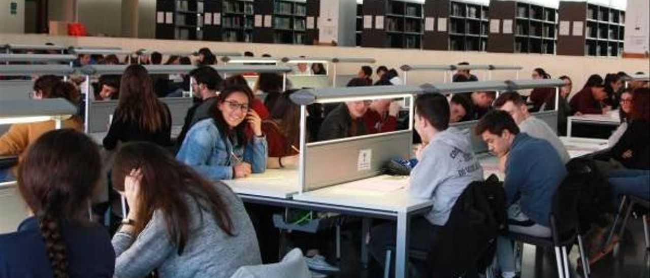 Un grupo de alumnos y alumnas en el aula de estudio del Campus de Gandia.