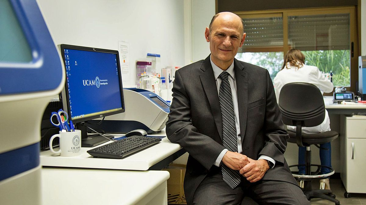 El doctor Izpisua, autor del trabajo, en el laboratorio de la UCAM. l.o.