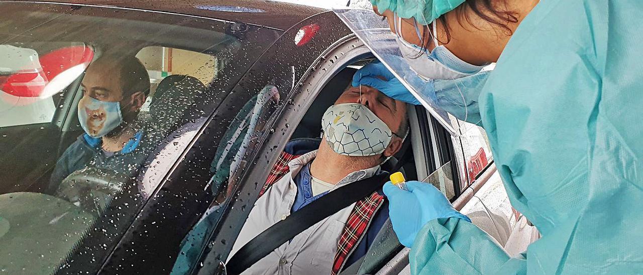 Una sanitaria toma una muestra a un ciudadano en Vigo para realizar una PCR.