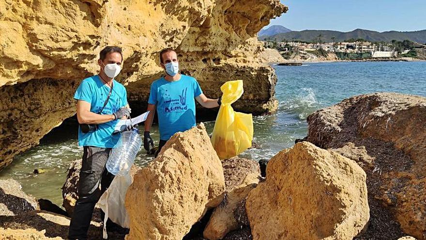 Retiran miles de colillas y cientos de plásticos del litoral de El Campello