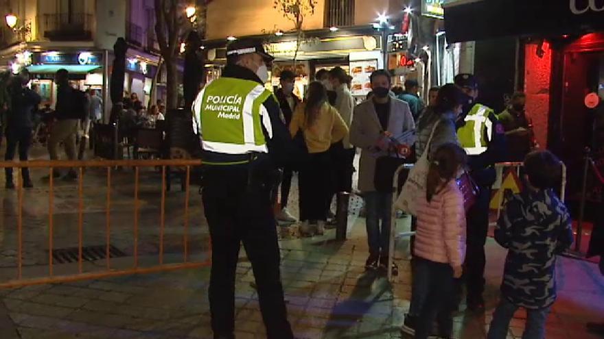 """El Ayuntamiento de Madrid reconoce que hay aglomeraciones tras el cierre de los bares pero son """"puntuales"""""""