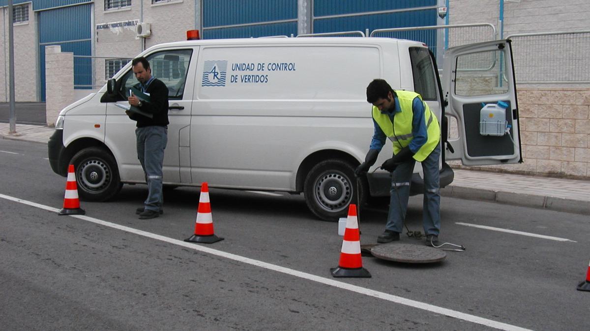 Técnicos de Aguas de Alicante comprobando la red de alcantarillado