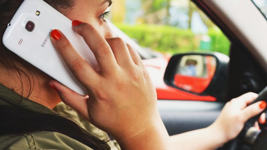 La DGT podria multar-te encara que no facis servir el mòbil al cotxe