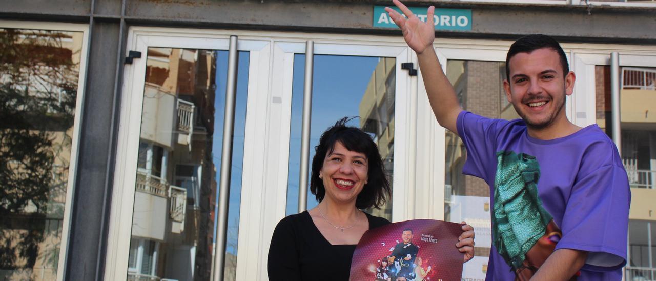 La concejal de Cultura y el Mago Álvaro con el cartel del evento.