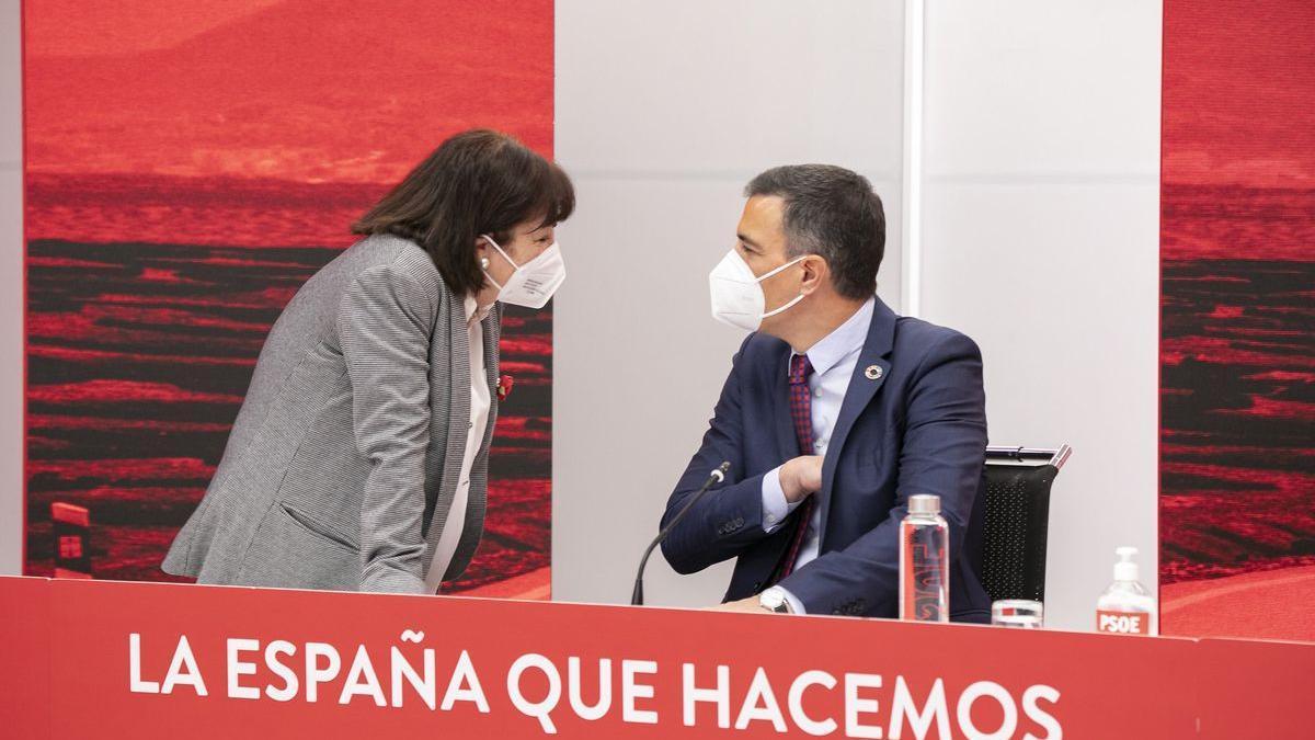 El líder socialista y presidente del Gobierno, Pedro Sánchez, habla con la presidenta del PSOE, Cristina Narbona.