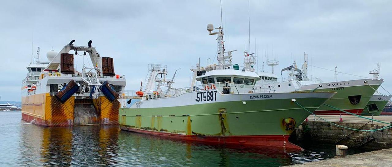"""El """"Alpha Peche-1"""", antiguo """"Avedal"""", y el """"Lodairo"""", amarrados ayer en el puerto de Vigo"""
