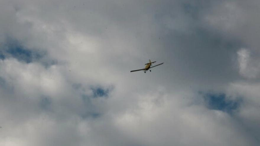 Un foc a la zona de tir de Sant Climent Sescebes activa tres hidroavions dels Bombers